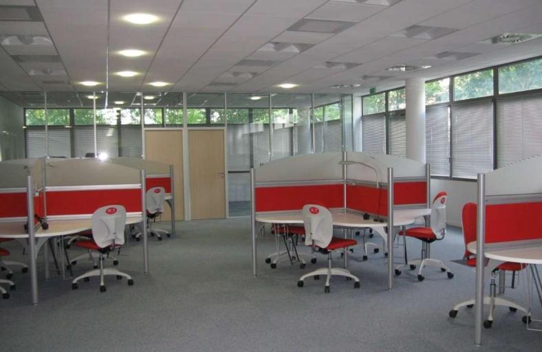 open space avec chaises rouges